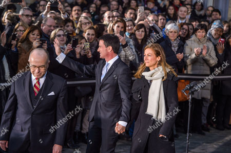 Former French Prime Minister Manuel Valls (c) His Wife Anne Gravoin (r) and Newly and Appointed French Prime Minister Minister Bernard Cazeneuve (l) During the Traditional Handover Ceremony at the Matignon Hotel in Paris France 06 December 2016 Cazeneuve was Named New Prime Minister to Replace Manuel Valls who Decided to Run in the Socialist Party's Primaries For French Presidential Elections on 23 April and 07 May 2017 France Paris