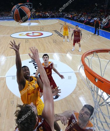 Barcelona's Jonathan Holmes (back L) in Action Against Galatasaray's Tibor Pleiss (front L) During the Euroleague Basketball Match Between Galatasaray Istanbul and Fc Barcelona Lassa in Istanbul Turkey 25 November 2016 Turkey Istanbul