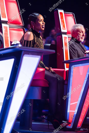 Jennifer Hudson and Tom Jones infront of Hayley Eccles having performed Paloma Faith's Upside Down.