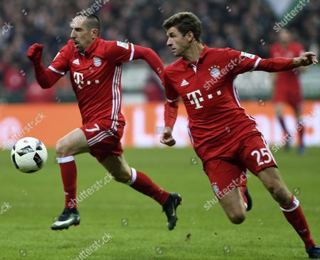 Munich's Frank Ribery (L) and Thomas Mueller (R) during the German Bundesliga soccer match between Werder Bremen and FC Bayern Munich in Bremen, Germany, 28 January 2017.