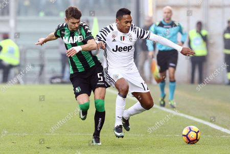Sassuolo's defender Luca Antei (L) and Juventus' defender Alex Sandro (R) duel for the ball during the Italian Serie A soccer match US Sassuolo vs Juventus FC at Mapei Stadium in Reggio Emilia,Italy, 29 January 2017.