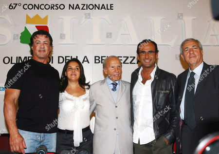 Us Actor Sylvester Stallone (l) Poses with Patron of Miss Italy Beauty Contest Enzo Mirigliani (c) His Daughter Patrizia Mirigliani (2nd L) Italian Television Presenter Carlo Conti (2nd R) and Tv Producer Paolo De Andreis at the End of a Press Conference in Salsomaggiore Terme on Friday 22 September 2006 After His Arrival to Attend As President of the Jury the Final Evening of the Miss Italy 2006 Beauty Contest Which Will Be Held Late Today Italy Salsomaggiore Terme