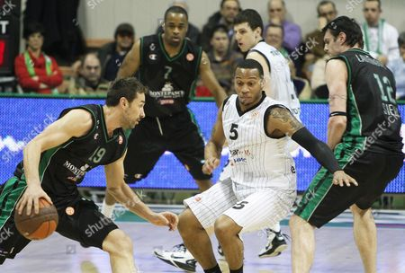 Marko Jaric (l) of Montepaschi Siena in Action Against Curtis Jerrells (c) of Partizan Belgrade During the Euroleague Top 16 Basketball Match in Siena Italy 16 February 2011 Italy Siena