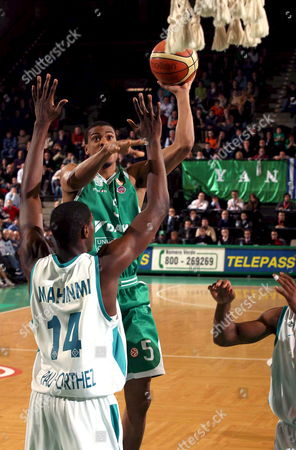 Benetton's Treviso Bryant Smith (c)contrasted by Pau's Ian Mahinmi During Their Euroleague Basket Match in Treviso Wednesday 24 Janaury 2007 Italy Treviso