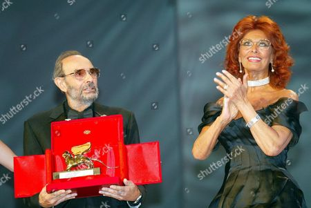 Stock Image of Italian Cinema Star Sophia Loren (r) Applauds Us Movie Director Stanley Donen who Holds the Golden Lion For Lifetime Achievement with Which He was Awarded at the 61st International Exhibition of Cinema Art Better Known As Venice Film Festival on Saturday 11 September 2004 Italy Venice
