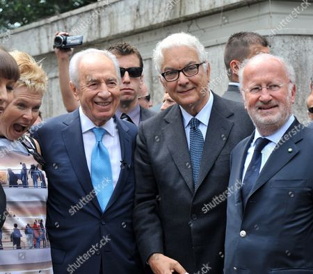 Israeli Artist Sigalit Landau (l) Israeli President Shimon Peres (l-2) the President of Biennale Paolo Baratta (r-2) and the Mayor of Venice Giorgio Orsoni (r) Pose in the Gardens of the Venice Biennale Within the Opening of the 54th Visual Arts Biennale in Venice Italy 03 June 2011 the Biennale Runs From 04 June to 27 November Italy Venice