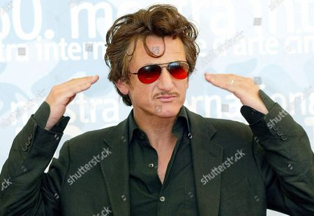 Us Actor Sean Penn Poses During the Photocall Following the Press Conference to Promote His Movie '21 Grams' (usa) Directed by Alejandro Gonzales Inarritu 05 September 2003 at the Venice Film Festival Epa Photo/ansa/ Claudio Onorati// Italy Venice