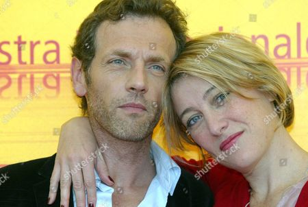 Actor Stephane Freiss (r) and Valeria Bruni Tedeschi at the Presentation of '5x2 (cinq Fois Deux)' by Francois Ozon at the Palace of Cinema at Lido Di Venezia Thursday 02 September 2004 on the Occasion of 6th International Exhibition of Cinema Art Better Known As Venice Film Festival Italy Venice
