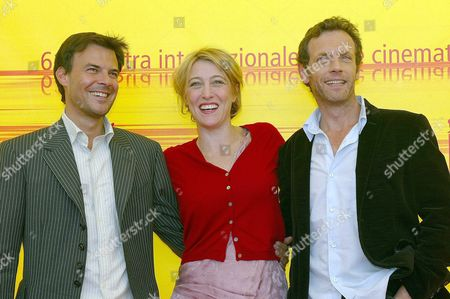French Movie Director Francois Ozon (l) Poses with Actors Valeria Bruni Tedeschi (c) and Stephane Freiss at the End of the Press Conference at the Palace of Cinema at Lido Di Venezia on Thursday 02 September 2004 to Present His Film '5x2 (cinq Fois Deux)' Which Will Be Screened in Competition at the 61st International Exhibition of Cinema Art Better Known As Venice Film Festival Italy Venice