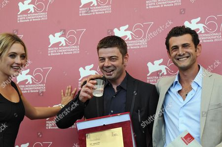 Italian Actress Carolina Crescentini (l-r) Italian Director Aureliano Amadei and Italian Actor Vinicio Marchioni Pose with the Controcampo Italiano Award They Received For Their Movie '20 Sigarette' During a Photocall at the 67th Annual Venice Film Festival in Venice Italy 09 September 2010 Cast Member Marchioni was Also Awarded a Special Mention by the Controcampo Italiano Jury the Festival Runs From 01 to 11 September Italy Venice