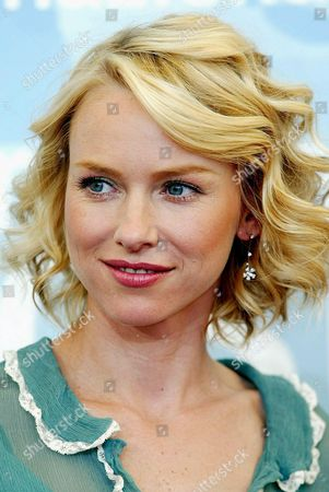 Us Actress Naomi Watts (c) Poses For the Photographers After a Press Conference to Promote the Us Movie '21 Grams' Directed by Alejandro Gonzales Inarritu at Venice Film Festival Friday 05 September 2003 Epa Photo/ansa/claudio Onorati// Italy Venice