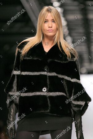 Italy Actress Elena Santarelli Takes to the Catwalk Wearing a Simonetta Ravizza Creation From the Autumn/winter 2007/2008 Collection During the Milan Fashion Week in Milan on Sunday 18 February 2007 Italy Milan