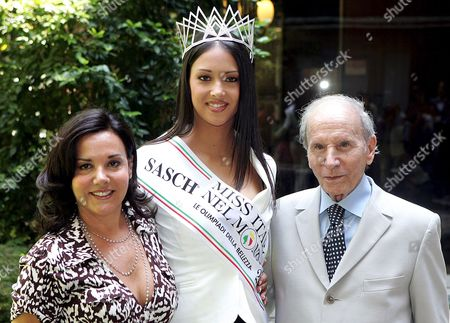 'Miss Italy of the World 2005' Mara Morelli (c) Poses with Organizer of 'Miss Italy of the World' Beauty Contest Enzo Mirigliani (r) and His Daughter and Co-organizer Patrizia Mirigliani on Wednesday 14 June 2006 in Rome During the Presentation of the Beauty Contest Dedicated to Italian Or Foreign-italian Girls Living Abroad Scheduled to Take Place on 28 June 2006 Italy Rome