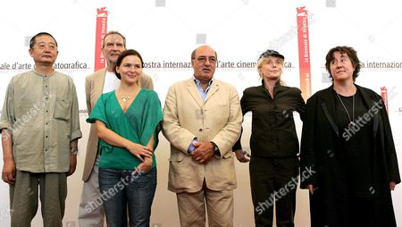 Oscar-winning Art Director Dante Ferretti (c) with the Festival Jury From L-r Acheng Edgar Reitz Emiliana Torrini and Claire Denis and Christine Vachon After the Press Conference For the 62nd Venice Film Biennale on Wednesday 31 August 2005 the International 'Mostra Internazionale D'arte Cinematografica Starts This Evening Late 31 August 2005 with the Hong Kong Martial Arts Spectacular 'Seven Swords' Italy Venice