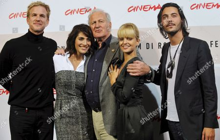 British Movie Director John Irvin (c) Poses with Actors (l-r) Mathhew Modine Caterina Murino Mena Suvari and Jack Huston Grandson of Director John Huston and Nephew of Actor Anjelica Huston During the Photo Call For Their Film 'Il Giardino Dell'eden' (the Garden of Eden) in Rome Late 26 October 2008 Presented out of Competition at the 3rd Rome International Film Festival Set on the Cote D'azur in the Lost Generation of the 1920s the Film is About the Ambiguous and Complex Relationship Between a Young Successful Writer His Fascinating Rebellious and Unconventional Wife and the Other Woman who is Attracted to Them Both in the Background Lurks the Shadow of an Adventurous and Dominating Father Sex and Damnation in the Cinematographic Version of the Eponymous Novel by Ernest Hemingway Italy Rome