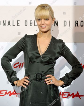 Us Actress Mena Suvari Poses During the Photo Call For the Film 'Il Giardino Dell'eden' (the Garden of Eden) by British Movie Director John Irvin in Rome Late 26 October 2008 Presented out of Competition at the 3rd Rome International Film Festival Set on the Cote D'azur in the Lost Generation of the 1920s the Film is About the Ambiguous and Complex Relationship Between a Young Successful Writer His Fascinating Rebellious and Unconventional Wife and the Other Woman who is Attracted to Them Both in the Background Lurks the Shadow of an Adventurous and Dominating Father Sex and Damnation in the Cinematographic Version of the Eponymous Novel by Ernest Hemingway Italy Rome