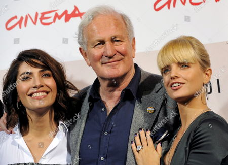 British Movie Director John Irvin (c) Poses with Italian Actress Caterina Murino (l) and Us Actress Mena Suvari During the Photo Call For Their Film 'Il Giardino Dell'eden' (the Garden of Eden) in Rome Late 26 October 2008 Presented out of Competition at the 3rd Rome International Film Festival Italy Rome