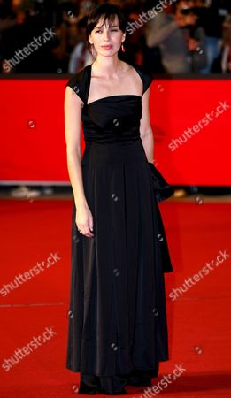 Actress Ariadna Gil Poses For Photographers on the Red Carpet Prior to the Screening of the Film 'Alatriste' Directed by Agustin Diaz Yanes at the First Edition of Rome International Film Festival at Auditorium Parco Della Musica in Rome Italy on Monday 16 October 2006 Italy Rome