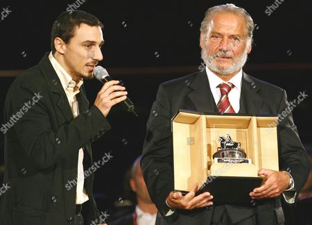 Italian Actor Giorgio Colangeli (r) Poses with Director Alessandro Angelini After Winning a Award on Saturday 21 October 2006 For His Interpretation in the Film 'L'aria Salata' Directed by Angelini in the First Edition of International Film Festival in Rome at Auditorium Parco Della Musica Italy Rome