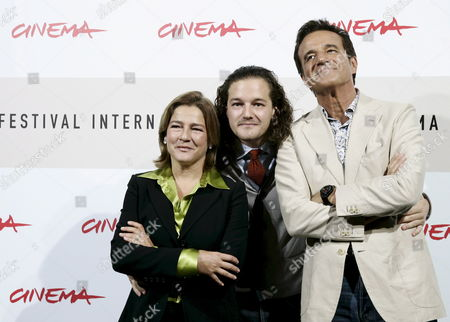 Italian Debutant Movie Director Brando De Sica (c) Among His Parents Producer Silvia Verdone (actor and Movie Director Carlo Verdone's Sister) and Actor Christian De Sica (late Neorealist Movie Director and Actor Vittorio De Sica's Son) During the Photocall of His Film 'Parlami Di Me' (speak Me About Me) in Competition at the 3rd Rome Film Festival on 24 October 2008 a Resounding Solo by Christian De Sica in the Form of a Musical in a Stage Show That Brings Together Memories and Family Nostalgia Tracks by Garinei and Giovannini Personal and Autobiographical Monologues Also Touching on the History of the Variety Show Tributes to Great Cinema and Italian Showbiz the Spectacle is Written by Maurizio Costanzo and Enrico Vaime While the Film is Directed by Christian's Son Brando Making His Debut Behind the Camera Italy Roma