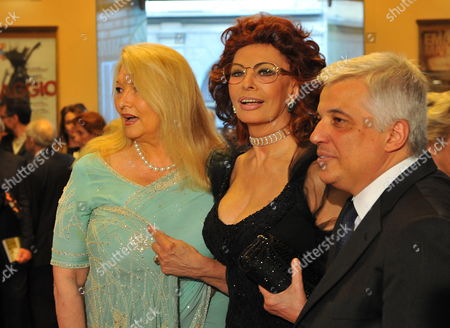 (l-r) Director Zubin Mehta's Wife Nancy Kovack Italian Actress Sophia Loren and Superintendent of Teatro Del Maggio Musicale Francesco Giambrone Pose For Photographers at the Premiere of Maggio Musicale Fiorentino in Florence Italy 29 April 2010 Italy Florence