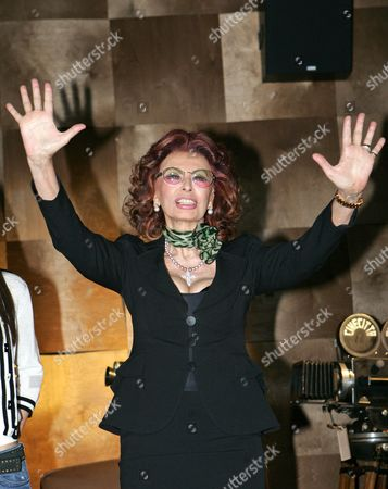 Italian Actress/cast Member Sophia Loren Poses During a Photocall For the Television Mini-series 'La Mia Casa E Piena Di Specchi' (my House is Full of Mirrors) in Rome Italy 10 March 2010 Loren Plays Her Own Mother Romilda Villani in the Tv Mini-series by Italian Director Vittorio Sindoni Based on the Book by Loren's Sister Maria Scicolone the Italian Television Channel Rai Uno Mini-series Will Be Broadcasted on 14 and 15 March Italy Rome