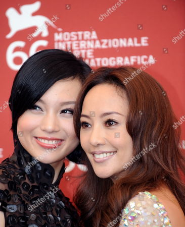Actresses/cast Members Xuan Zhu (l) and Terri Kwan Pose For Photographers at a Photocall For Their Film 'Lei Wangzi (prince of Tears)' During the 66th Venice Film Festival in Venice Italy 04 September 2009 the Movie by Chinese Director Yonfan is Presented in Competition at the Festival Running From 02 to 12 September Italy Venice