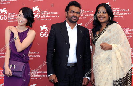 Sri Lankan Director Vimukthi Jayasundara (c) Poses For Photographers with Actresses/cast Members Kaushalya Fernando (r) and Huang Lu During a Photocall For Their Film 'Ahasin Wetei (between Two Worlds)' During the 66th Venice Film Festival in Venice Italy 07 September 2009 the Movie is Presented in Competition at the Festival Running From 02 to 12 September Italy Venice