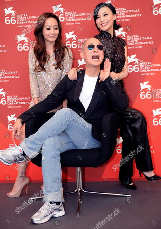 Chinese Director Yonfan (c) Poses For Photographers with Actresses/cast Members Xuan Zhu (r) and Terri Kwan at a Photocall For Their Film 'Lei Wangzi (prince of Tears)' During the 66th Venice Film Festival in Venice Italy 04 September 2009 the Movie is Presented in Competition at the Festival Running From 02 to 12 September Italy Venice
