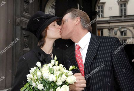 Us Actors Keith Carradine (r) and Hayley Dumond Kiss Each Other After Being Married in Turin Italy Saturday 18 November 2006 in Turin Carradine and His Wife Are in Turin to Attend the Torinofilmfestival to Promote Two Movies Played by Carradine Italy Torino