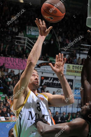 Madrid's Marko Jaric (l) Goes to the Basket Against Siena' Benjamin Eze (r) During Their Euroleague Match Montepaschi Siena-real Madrid- Siena Italy 11 February 2010 Italy Siena