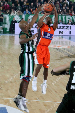 Air Avellino Player Tavis Best (l) Fights For the Ball with Le Mans Player Brian Chase During Their Euroleague Match at Paladelmauro in Avellino Southern Italy 13 November 2008 Italy Avellino