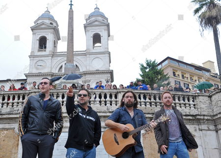 Actors Kevin Durand (l-r) of Canada Russell Crowe of Australia Alan Doyle of Canada and Scott Grimes of the Us Perform on the Spanish Steps in Rome Italy 15 May 2010 the Cast Members of the Movie 'Robin Hood' by British Director Ridley Scott Held an Impromptu Performance on the Spanish Steps Italy Rome