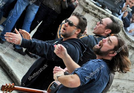 Actors Russell Crowe (l-r) of Australia Kevin Durand of Canada and Alan Doyle of Canada Perform on the Spanish Steps in Rome Italy 15 May 2010 the Cast Members of the Movie 'Robin Hood' by British Director Ridley Scott Held an Impromptu Performance on the Spanish Steps Italy Rome