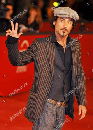 Israeli Actor Raz Degan Poses on the Red Carpet As He Arrives at Rome's Park of the Music Auditorium For the Screening of the Film 'Galantuomini' by Edoardo Winspeare Late 27 October 2008 Presented in Competition at the 3rd Rome International Film Festival Lecce in the 1990s Ignazio is a Highly Esteemed Judge who Has Just Returned to the City Having Worked in the North For Many Years He Sees Lucia Again the Woman He Has Always Secretly Loved She Has a Son with Infantino One of Biggest Drug Dealers in the Area and She Works As a Representative For a Perfume Company But This is Just a Cover Lucia Has Actually Become the Right Hand Woman of Carmine Za' One of the Bosses of the Sacra Corona Unita the New Criminal Organisation That Reached the Apex of Its Power and Ferocity in This Period an Unusual Mix of Melodrama and Investigative Cinema Which Finds Its Strong Point in the Little-told Figure of the Woman Crime Boss Italy Rome