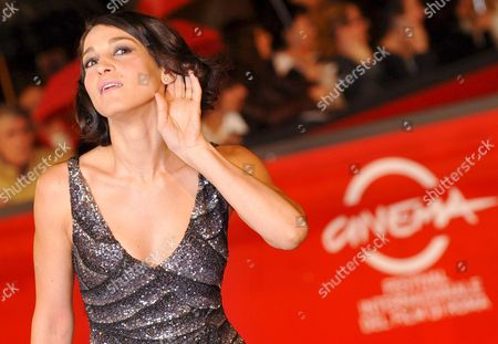 Italian Actress Donatella Finocchiaro Poses on the Red Carpet As He Arrives at Rome's Park of the Music Auditorium For the Screening of the Film 'Galantuomini' by Edoardo Winspeare Late 27 October 2008 Presented in Competition at the 3rd Rome International Film Festival Lecce in the 1990s Ignazio is a Highly Esteemed Judge who Has Just Returned to the City Having Worked in the North For Many Years He Sees Lucia Again the Woman He Has Always Secretly Loved She Has a Son with Infantino One of Biggest Drug Dealers in the Area and She Works As a Representative For a Perfume Company But This is Just a Cover Lucia Has Actually Become the Right Hand Woman of Carmine Za' One of the Bosses of the Sacra Corona Unita the New Criminal Organisation That Reached the Apex of Its Power and Ferocity in This Period an Unusual Mix of Melodrama and Investigative Cinema Which Finds Its Strong Point in the Little-told Figure of the Woman Crime Boss Italy Rome