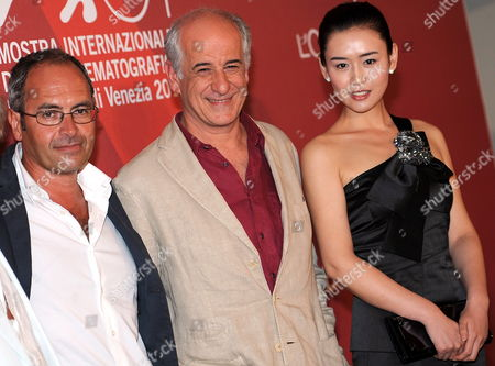 (l-r) Italian Director Stefano Incerti Italian Actor Toni Servillo and Chinese Actress Yang Mi Pose During a Photocall For the Movie 'Gorbaciof the Cashier who Liked Gambling' at the 67th Annual Venice Film Festival in Venice Italy 03 September 2010 the Movie by Italian Director Stefano Incerti is Presented out of Competition at the Festival Running From 01 to 11 September 2010 Italy Venice