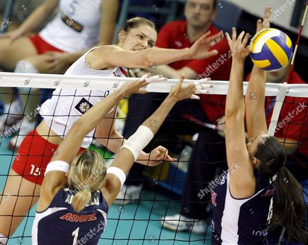 Anja Spasojevic (l) of Club Volero Zurich in Action Contrastated by Sara Anzanello and Lindsey Berg (r) of Asystel Volley Novara During Their European Champions League Volleyball Match in Novara Piemonte Region Northern Italy 05 December 2007 Italy Novara