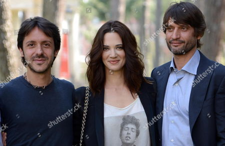 Stock Image of Italian Director Stefano Chiantini (l) Poses with Cast Members Italian Actress Asia Argento (c) and Czech Actor Ivan Franek (r) During a Photocall For His Movie 'Isole (islands)' at the Casa Del Cinema Villa Borghese in Rome Italy 02 May 2012 the Movie Will Be Released in Italy on 11 May Italy Rome