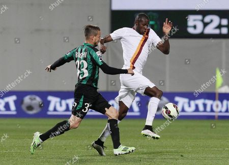 Sassuolo's Matteo Brighi (l) and Roma's Victor Ibarbo in Action During the Italian Serie a Soccer Match Us Sassuolo Vs As Roma at Mapei Stadium in Reggio Emilia Italy 29 April 2015 Italy Reggio Emilia
