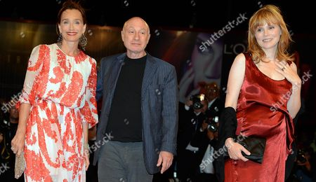 French Director Pascal Bonitzer (c) with Actresses French Isabelle Carre' (r) and British Kristin Scott Thomas (l) Arrive at the Premiere For the Film 'Cherchez Hortense' During the 69th Venice Film Festival in Venice Italy 01 September 2012 the Movie is Presented out of Competition at the Festival Which Runs From 29 August to 08 September Italy Venice