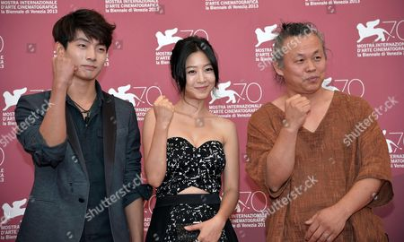 Stock Image of (l-r) South Korean Actors Seo Young-ju and Lee Eun-woo and Director Kim Ki-duk Pose at a Photocall For 'Moebius' During the 70th Annual Venice International Film Festival in Venice Italy 03 September 2013 the Movie is Presented out of Competition at the Festival That Runs From 28 August to 07 September Italy Venice