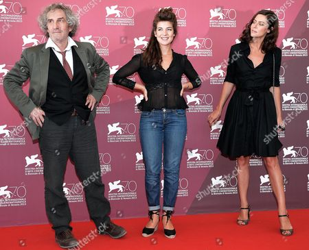 French Actresses/cast Members Esther Garrel (c) and Anna Mouglalis (r) Pose with Compatriot Director Philippe Garrel During a Photocall For 'La Jalousie' at the 70th Annual Venice International Film Festival in Venice Italy 05 September 2013 the Movie is Presented in the Official Competition Venezia 70 the Festival Runs From 28 August to 07 September Italy Venice