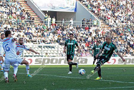 Sassuolo's Simone Zaza (r) Scores a Goal During the Italian Serie a Soccer Match Us Sassuolo Vs Calcio Catania at Mapei Stadium in Reggio Emilia Italy 16 March 2014 Italy Reggio Emilia