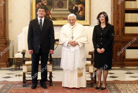 Stock Image of Pope Benedict Xvi (c) Poses with Albania's President Bamir Topi and His Wife Teuta Topi (r) During a Private Audience at the Vatican 05 May 2012 Vatican Vatican City
