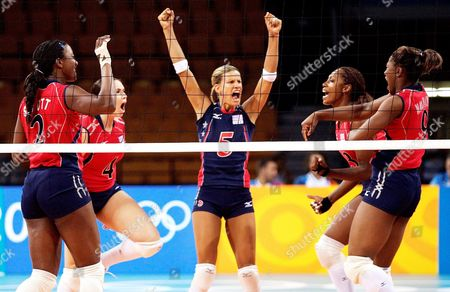 The Us Volleyball Player Stacy Sykora (c) Jubilates with Her Teammates Danielle Scott (l-r) Lindsey Berg Tayyiba Haneff and Ogonna Nnamani After the Match Germany Vs Usa at the Athens 2004 Olympic Games Monday 16 August 2004 Germany Lost in 1-3 Sets Epa/dpa Gero Breloer Greece Athens
