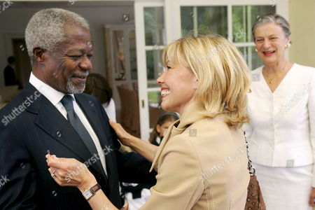 Former United Nations (un) Secretary-general Kofi Annan (l) Welcomes Doris Schroeder-koepf (c) For the 20th Anniversary of Financial Service Provider Awd in Hanover Germany 05 July 2008 Awd Ceo Carsten Maschmeyer Had Invited Prominent Guests to His Private House in Essen the Celebrations Continued on the Former Expo Premises in Hanover Photo: Frank May Germany Hanover