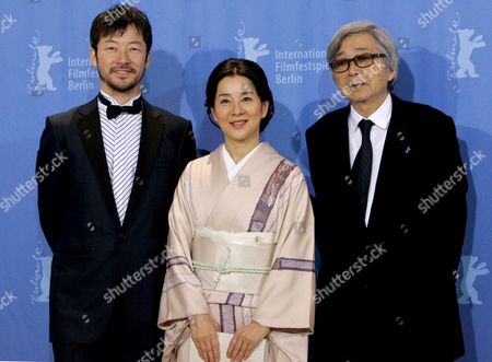 Japanese Director Yoji Yamada (r) is Pictured with Actor Tadanobu Asano (l) and Actress Sayuri Yoshinaga (c) at the Photo Call For the Film 'Kabei - Our Mother' at the 58th Berlin International Film Festival in Berlin Germany 13 February 2008 the Film Runs in the Competition Fo the Golden Bear Awards at the 58th Berlin Film Festival Photo: Germany Berlin