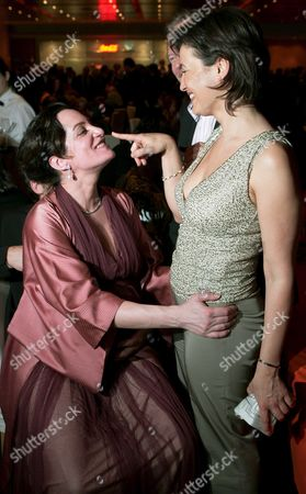 Stock Image of German Tv Moderator Sandra Maischberger (r) Shares a Joke with Pregnant Actress Natalia W÷rner During the Opening Party of the Berlinale International Film Festival in Berlin Late Thursday 09 February 2006 Germany Berlin