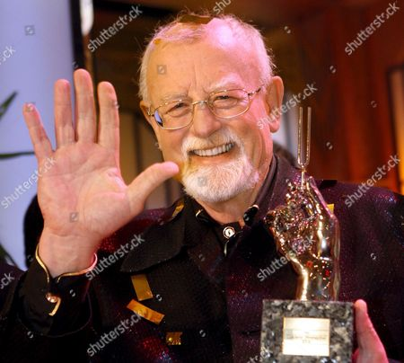 British Singer Roger Whittaker Holds His Platinum Tuning Fork During the Awarding Ceremony of the Golden Tuning Fork (goldene Stimmgabel) in Ludwigshafen Germany Saturday 16 September 2006 Germany Ludwigshafen